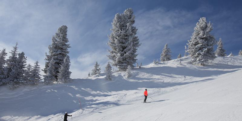 Twee skiers op de skipsite