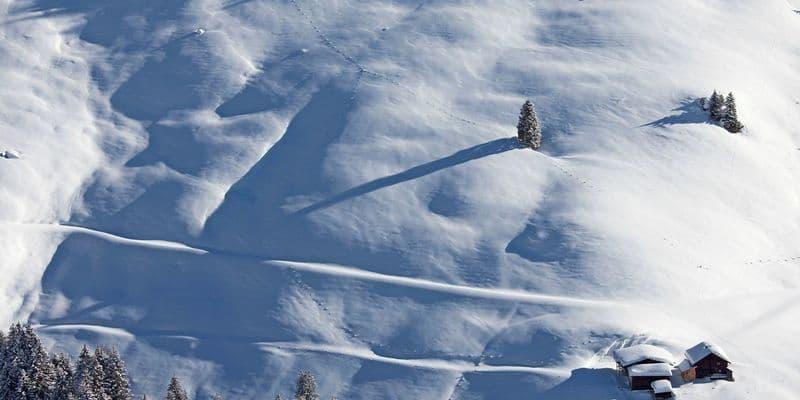 houten hutje op besneeuwde berghelling