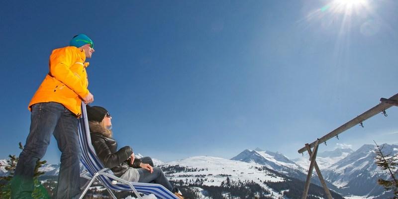 Echtpaar genieten van zon op wintersport