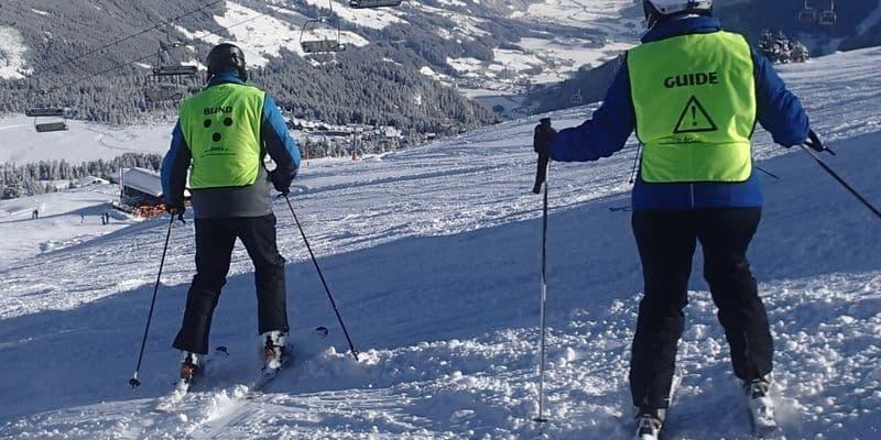 Blinde skiër met begeleider