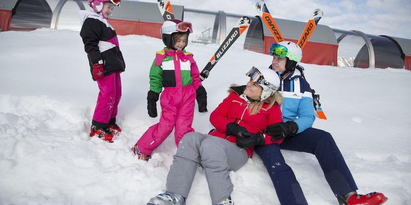 Gezin in de sneeuw op wintersport