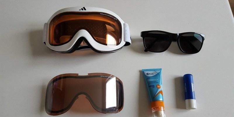 3 kinderen met zonnebril op wintersport